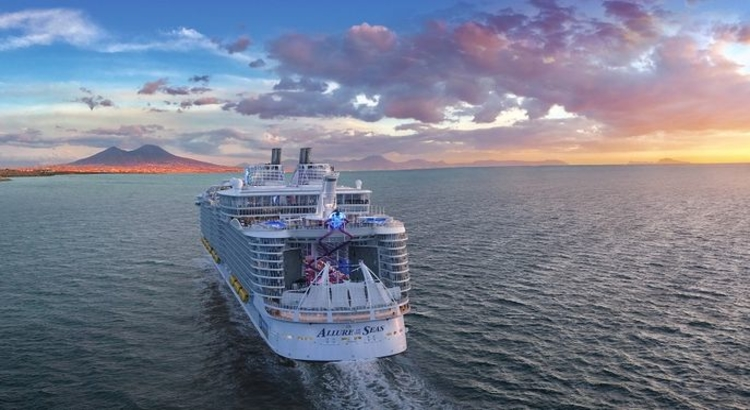 "Die ""Allure of the Seas"" kreuzt vor Neapel"